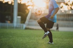 Logo joueur de football jeune