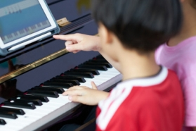 Photo enfants qui jouent du piano